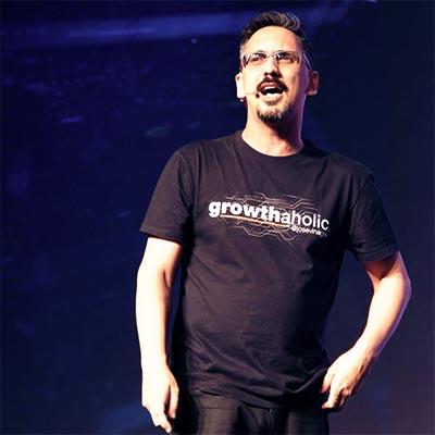 José Vinagre palestrando no Growth Marketing Experience ao lado de autoridades internacionais como Gary Vee, Neil Patel, Perry Beltcher e outros